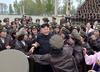 金正恩视察朝鲜人民军空军部队 被女兵团团围住