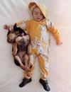 爱心是这样养成的,宝宝和狗狗相拥而睡的可爱时刻!